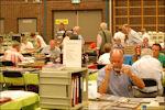Verzamelaar onderzoekt postzegel in Barneveld